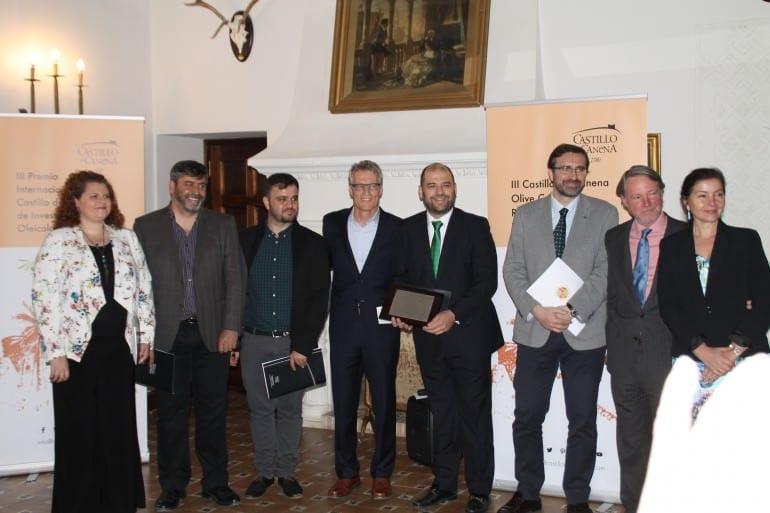 uc-Davis-ve-Üniversite-of-the Jaen-oturum işbirliği-sözleşme-zeytinyağı-kat-uc-Davis-ve-üniversite-of-Jaen gelene birlikte-canena--de Castillo-de to-şimdiki-luis-vano-araştırma-ödül