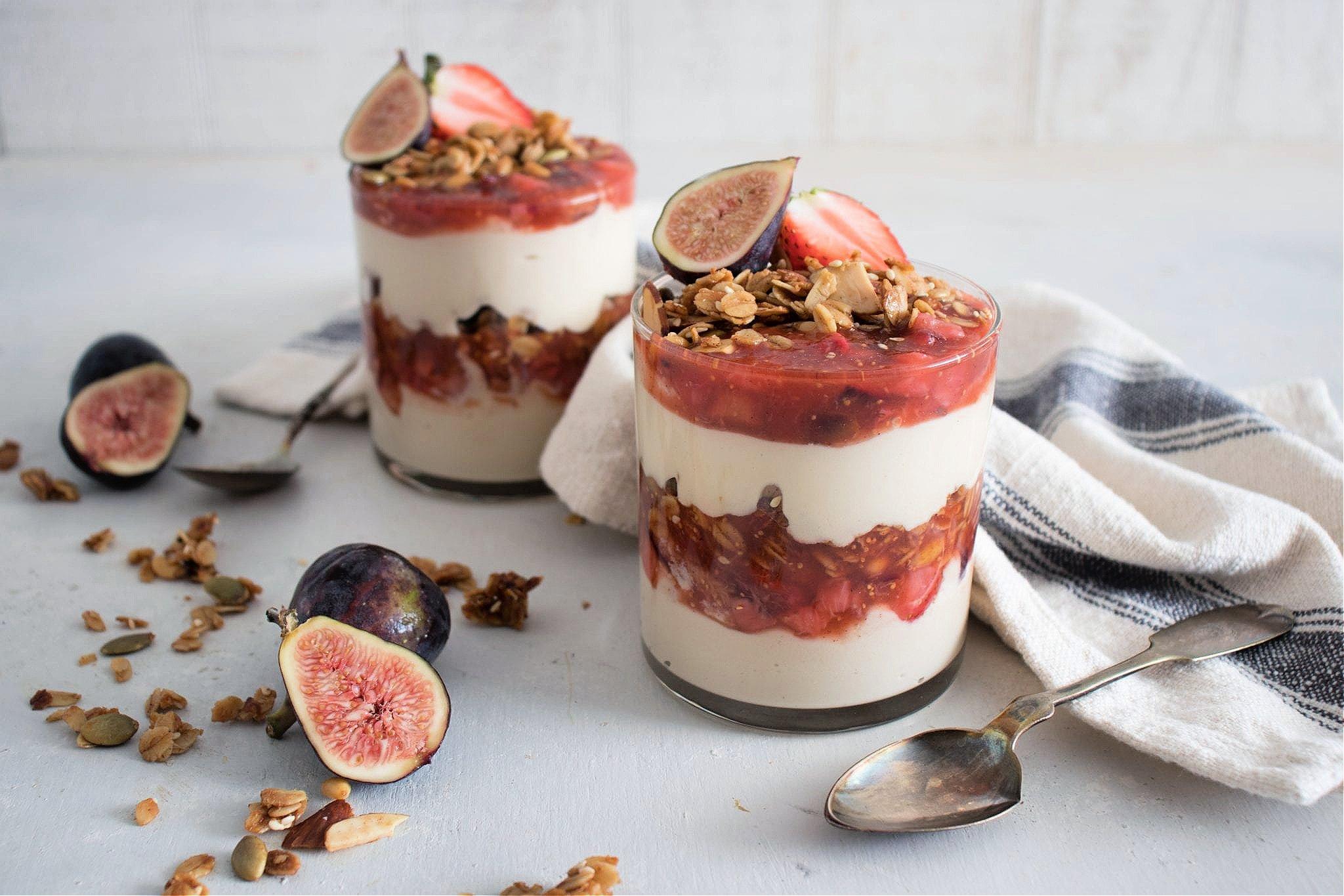 Tahini-Yogurt慕斯冻糕配无花果和草莓橄榄油蜜饯