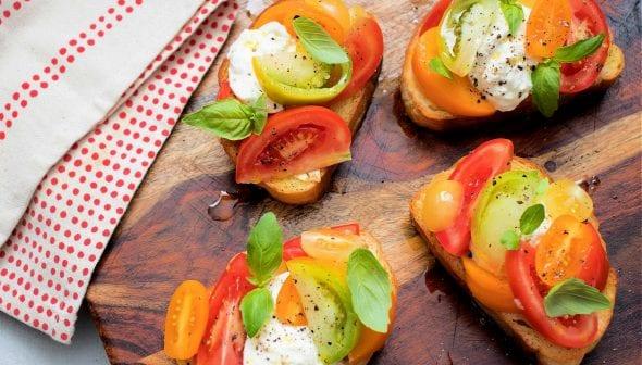 Toast all'olio di oliva al pomodoro con burrata